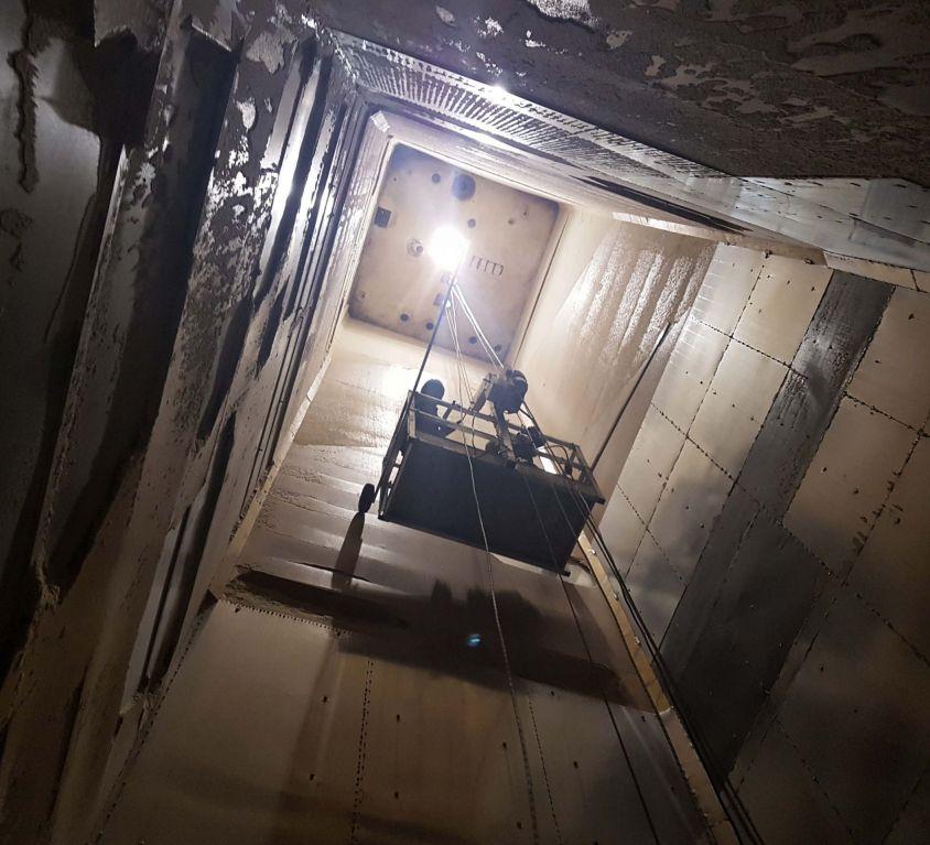 Cabina colgante para mantenimiento en silos de harina