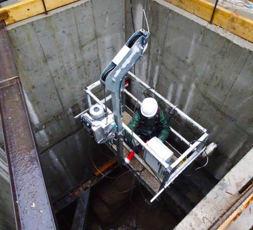 Cabina colgante para pozo de obras en el metro