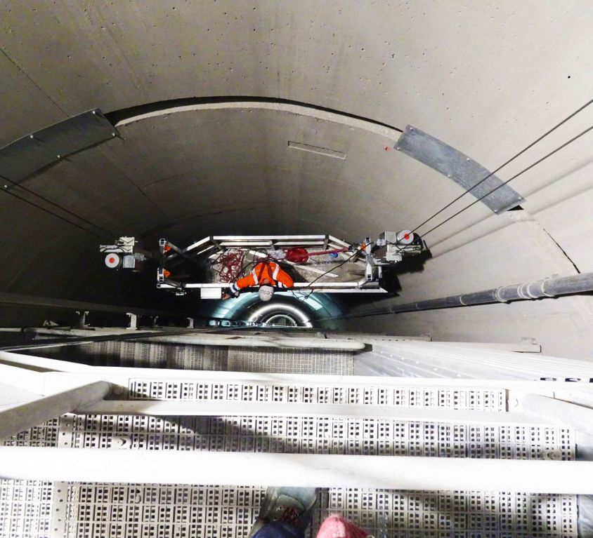 Plataforma suspendida especial para montaje de cables en pozo de 300 metros