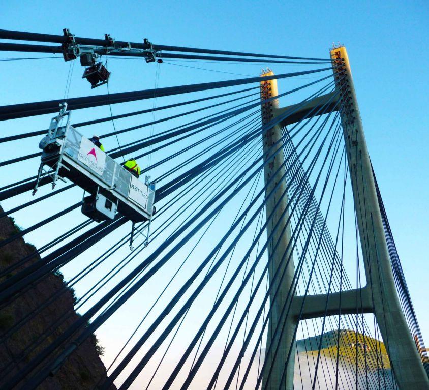 Plataforma colgante sobre el puente atirantado Fernández Casado