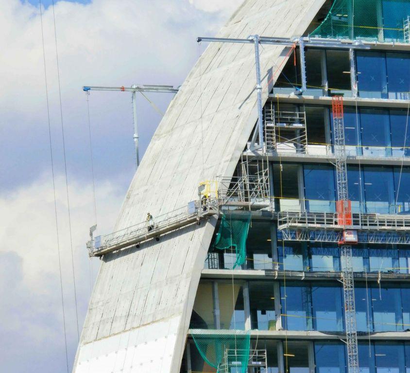 Plataforma colgante especial para edificio de diseño en curva
