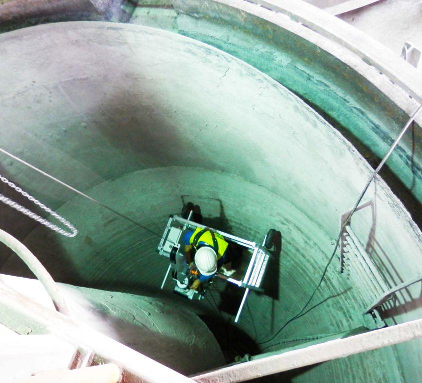 Cabina colgante para mantenimiento de depósito cónico