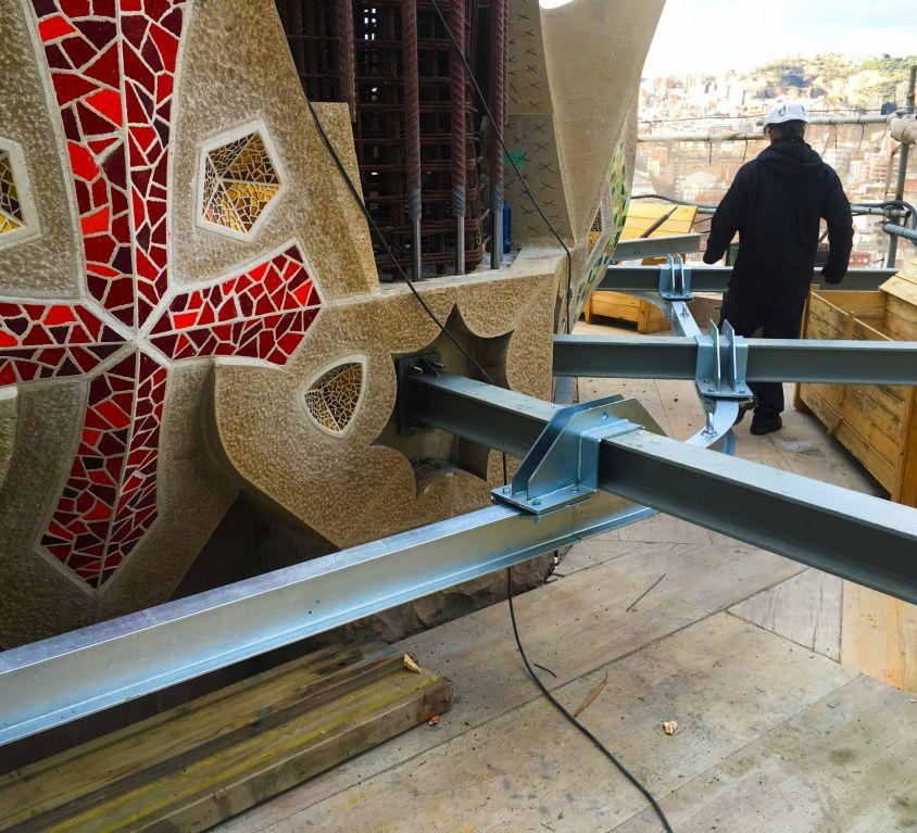 Cabina colgante para operaciones de construcción en un edificio religioso emblemático
