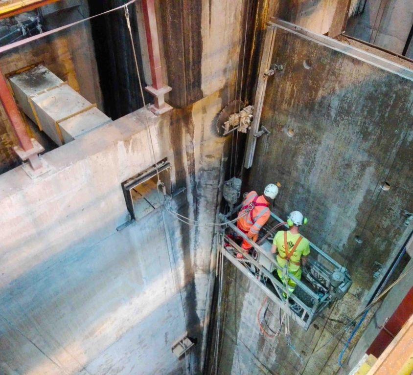 Plataforma colgante para mantenimiento de pozo EDAR