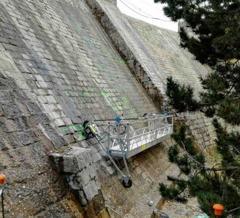 Plate-forme réglable pour les barrages