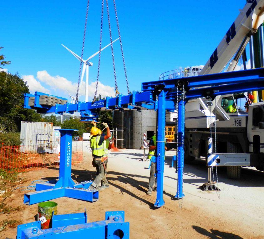 Plate-forme suspendue pour éolienne avec système d'escalade