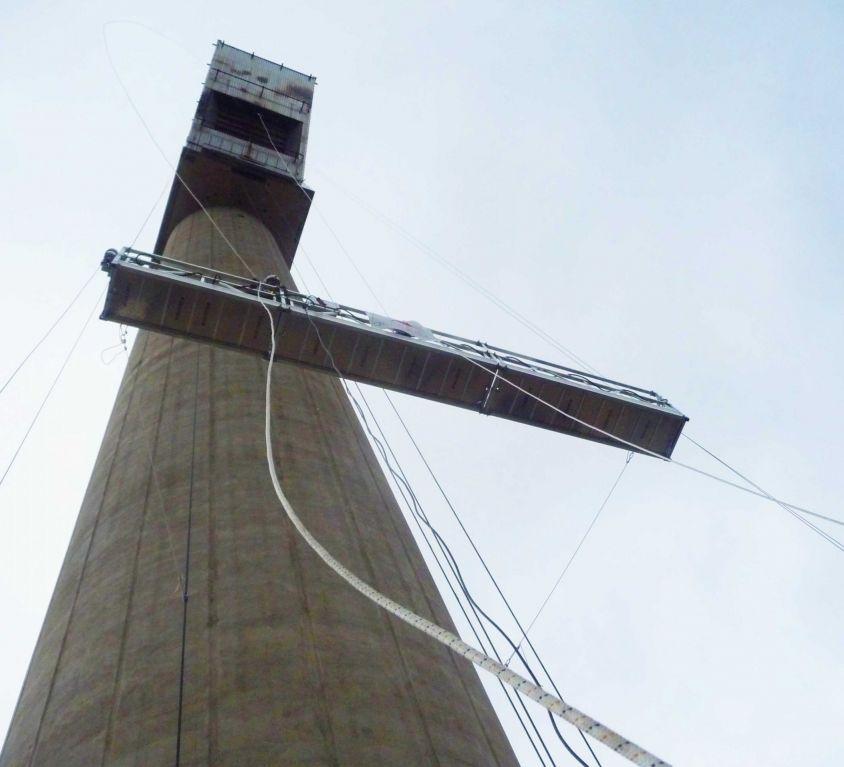 Plataforma suspendida para mantenimiento en torre solar